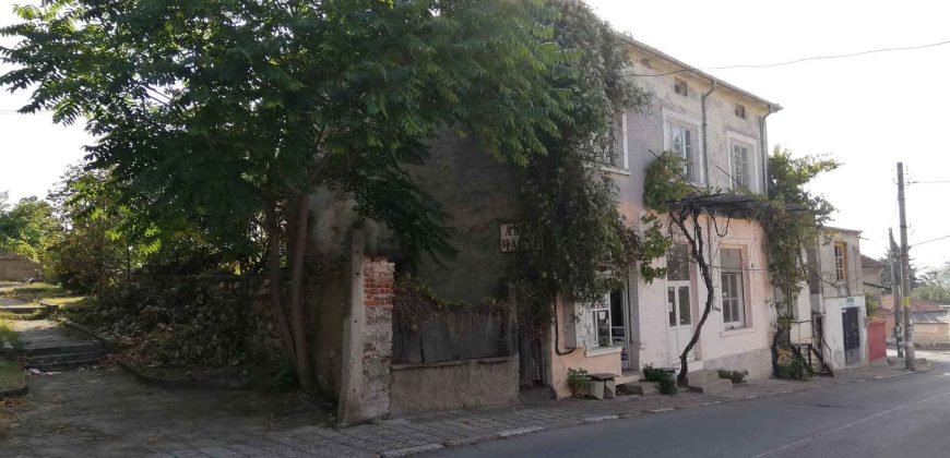Къща в Мъглиж + 4 търговски помещения